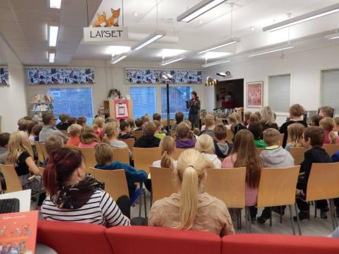 Ikaalisten kirjastossa marraskuussa 2015 Keskutan koulun ykkös-kolmoset mukana juonessa. (Kuva: Nanna Jokinen)